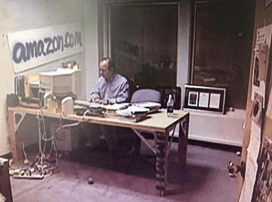 Jeff Bezos dans son bureau au tout début d'Amazon